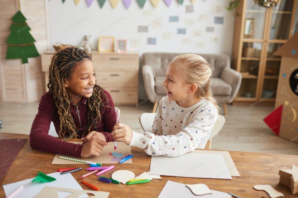 بهترین اسباب بازی دخترانه برای این سنین، بازی های فکری و ورزشی است.