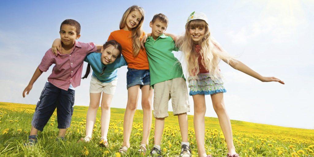 از رنگ های شاد برای خرید لباس کودکان خود استفاده کنید.