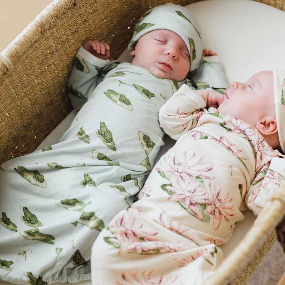 چه جنس پارچههایی برای لباس نوزادی دخترانه یا پسرانه مناسب است؟