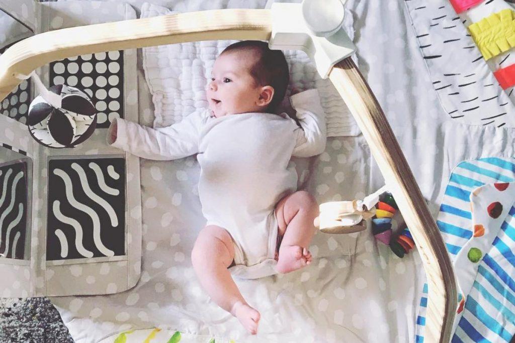 چه اسباب بازی هایی مناسب پسران زیر 6 ماه است؟
