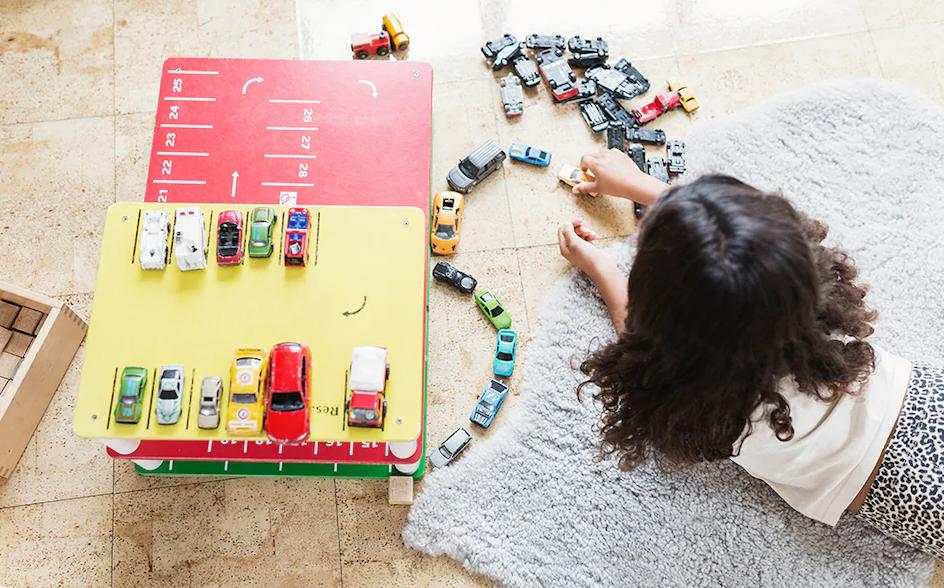 ماشین اسباب بازی کوچک می تواند برای فرزند شما در هر سنی بسیار جذاب باشد.